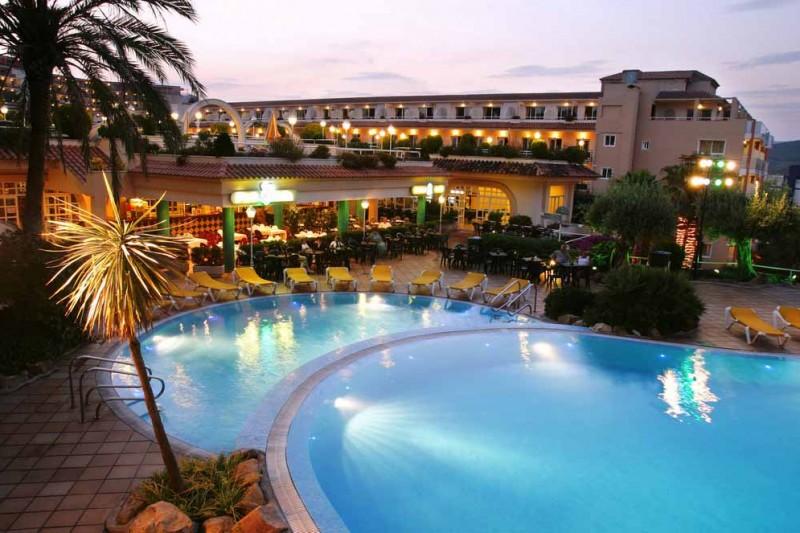 aparthotel-guitart-central-park-spa-piscina-noche